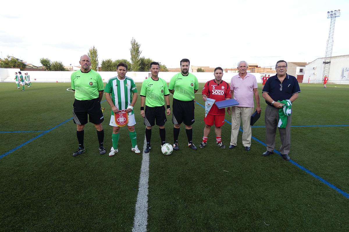 Representantes de los veteranos de Almagro C.F. y Real Betis Balompié.