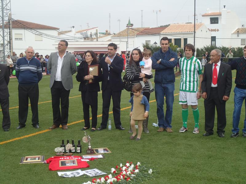 D. Antonio Pérez, alcalde de Coripe, y D. Juan Rincón, presidente de la Peña Bética de la misma localidad, acompañan a la familia Alabanda durante los actos.