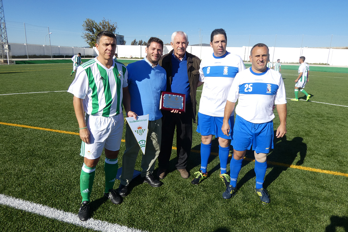 Demetrio Oliver, presidente de la Asociación de Ex-jugadores del Real Betis, con miembros de nuestro equipo de veteranos y del Peñaflor